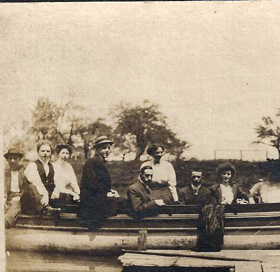 Ellicott Creek boaters, photo detail left (1909).jpg