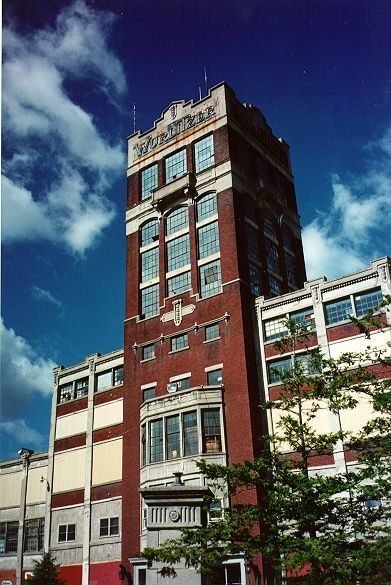 Wurlitzer tower in disrepair, wide, photo (Jeff Cushing, 1996).jpg
