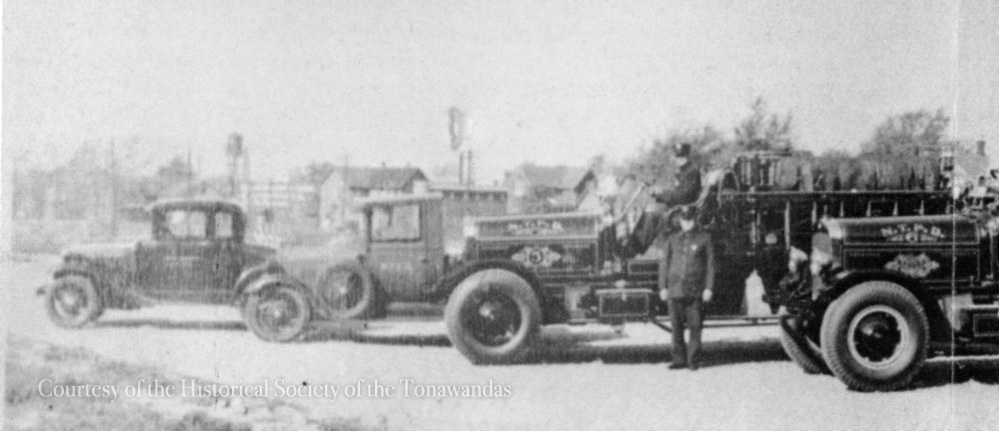 Niagara Musical Ins Mfg Co in background of NTPD cars, photo (HST, c.1935).jpg
