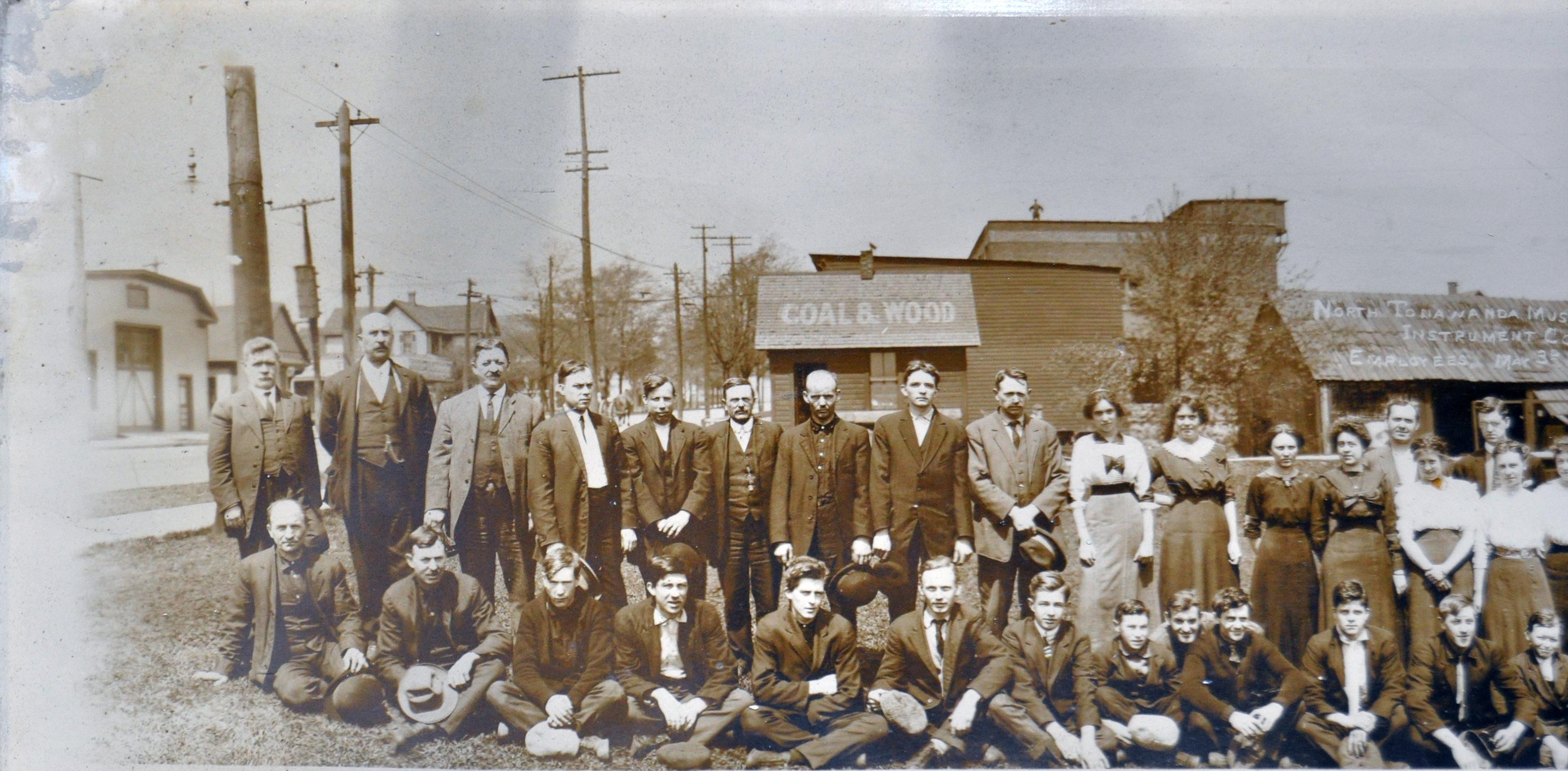 North Tonawanda Musical Instrument Works employees, photo detail left (HST 1913-05-03).jpg