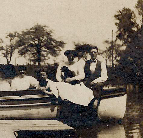 Ellicott Creek boaters, photo detail right (1909).jpg