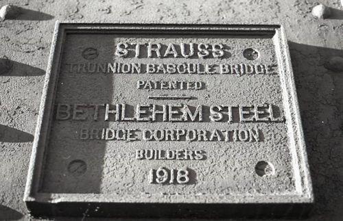 Bascule bridge, Bethlehem Steel Bridge Co. plate, photo (1978).jpg