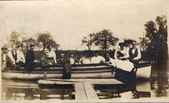 Ellicott Creek boaters, photo (1909).jpg