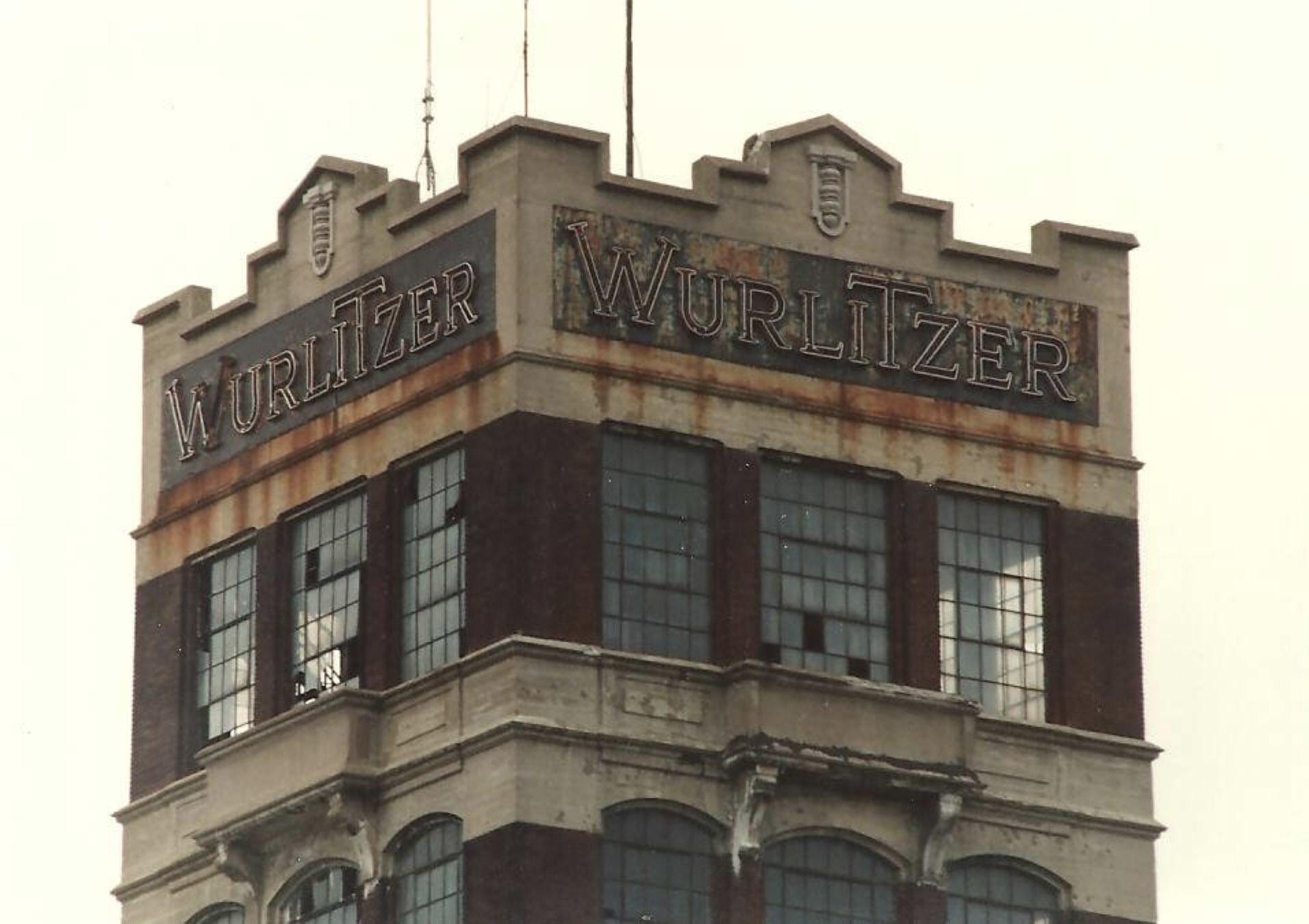 Wurlitzer tower, old lettering, poto (c.1980).jpg